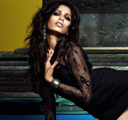 Freida Pinto Photo Shoot For VOGUE India - October 2013 Indian Reads (1)