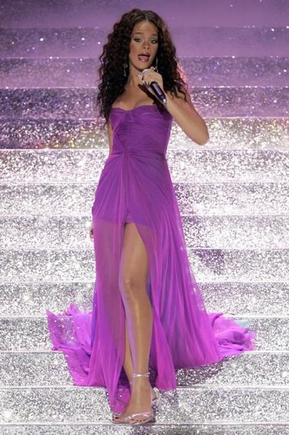 Rihanna39_V_5sep11_pa_b_592x888