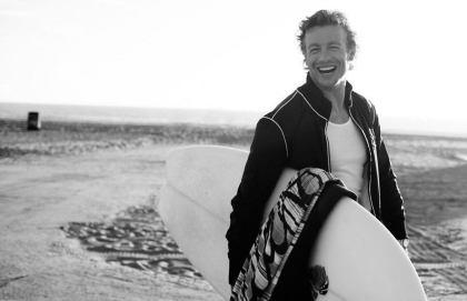 Simon-Baker-Beach-Photoshoot-the-mentalist-5484041-889-575