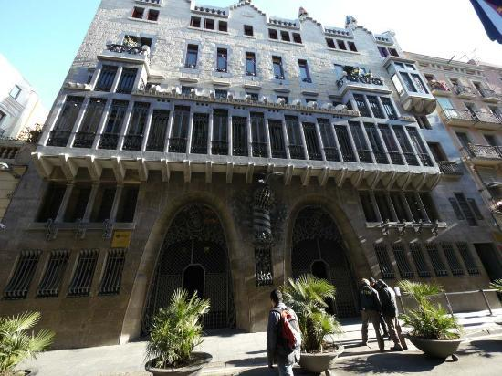 palau-guell-facade-from