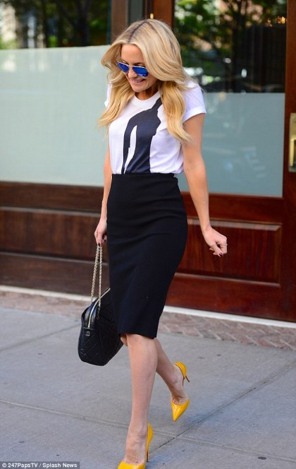 kate-hudson-yellow-pumps-graphic-tee-pencil-skirt-style